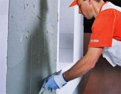 Подготовка стен для выравнивания гипсовой штукатуркой.