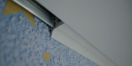 фото плинтуса для натяжных потолков фото