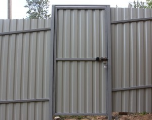 Installing a fence of corrugated board