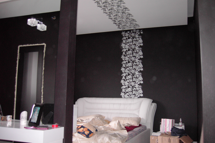 Черно белый интерьер спальни в фото