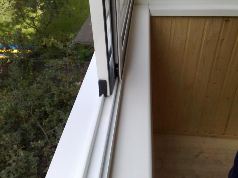 Разновидность раздвижных окон на балкон есть решение.